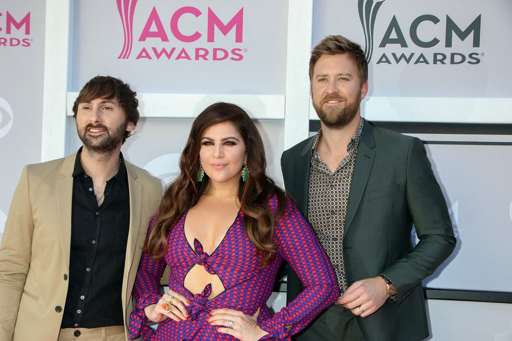 Brett Eldredge Explains his infatuation with water / Lady A's Hillary Scott Shares Twins Kicking Video [watch]