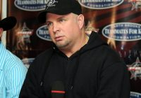 Garth Brooks Surprises Yet Another Fan At A Concert (Watch)